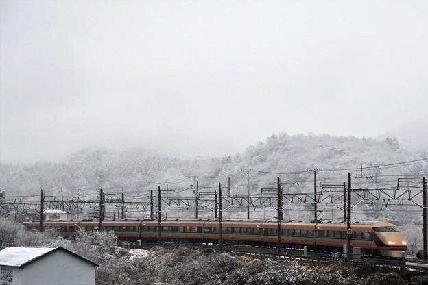 スペーシア雪模様の東武日光発車