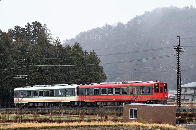 雪模様の東武鬼怒川線を行くAIZUマウントエクスプレス号
