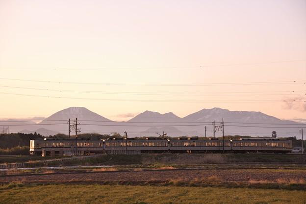 黄昏どきの日光連山と東武宇都宮線