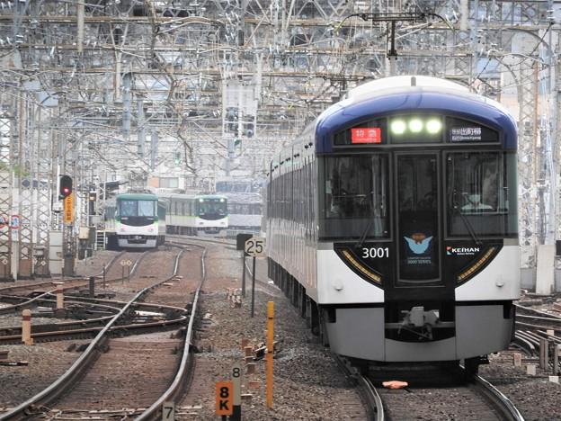 複々線を行く京阪3000系特急