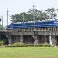 思川橋梁を行く青い列車