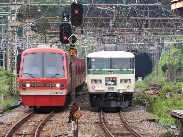185系特急踊り子9号と伊豆急リゾート21キンメ電車