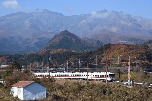 日光の山々と東武350系