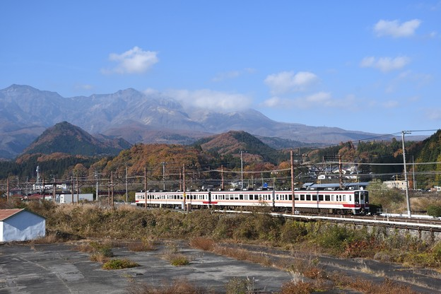 Photos: 女峰山を背に東武日光を発つ6050系