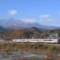 女峰山を背に東武日光を発つ6050系