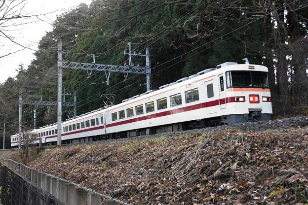 杉並木を行く東武350型回送