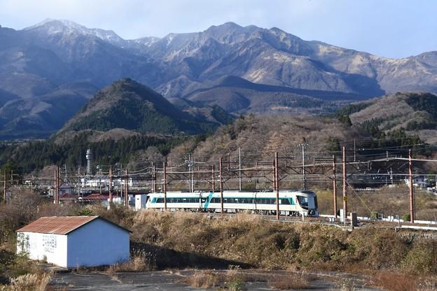 女峰山を背に東武日光を発つリバティけごん号