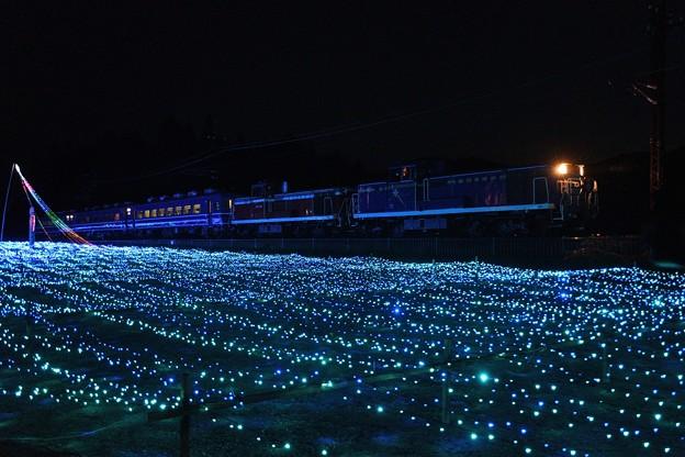 青い灯りを行く重連夜汽車