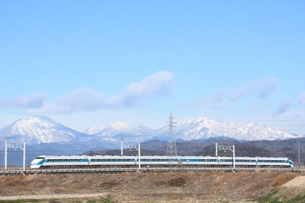 雪化粧の日光連山とスペーシア「粋」編成