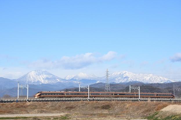 雪化粧の日光連山とスペーシア「日光詣」編成