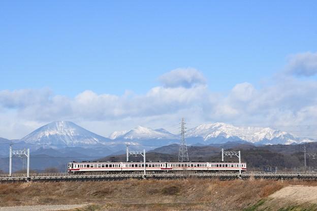 雪化粧の日光連山と東武日光線6050型