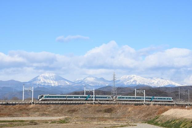 雪化粧の日光連山と東武リバティ