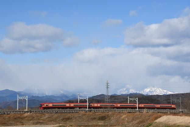 冬の思川橋梁を行く赤い特急