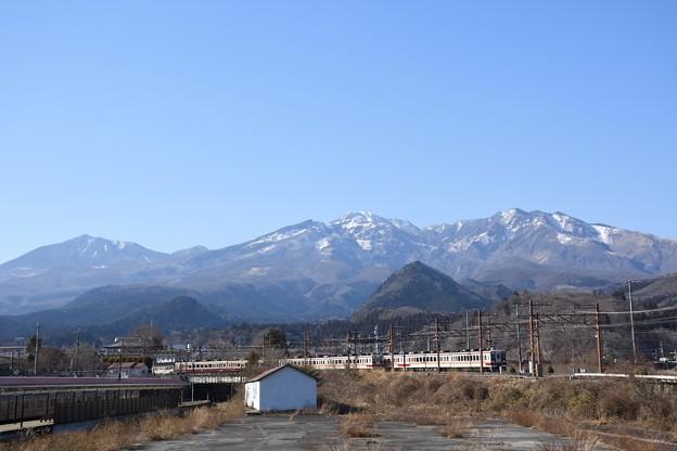 日光連山と東武6050型