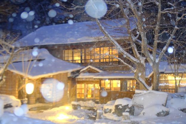 雪降る温泉宿
