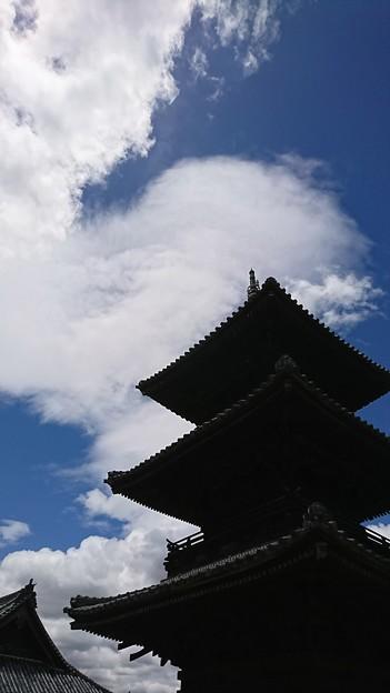 青空といつもの三重塔