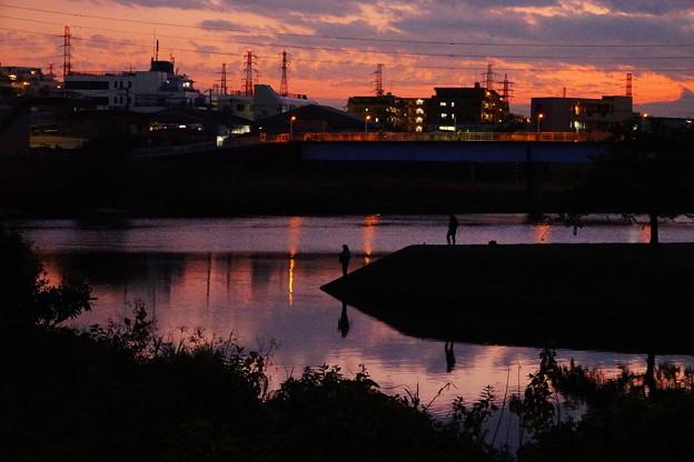 201112_55T_夕闇の釣り人・RX10M3(鶴見川) (25)