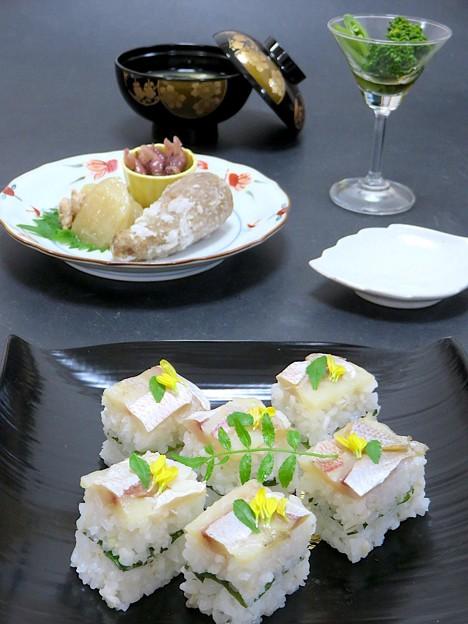 今晩は、小鯛の笹漬け押し寿司、菜花とスナップエンドウのお浸し、聖護院大根そぼろ煮、蛍烏賊の醤油漬け、煮海老芋の揚げ物、豆腐とわかめの味噌汁