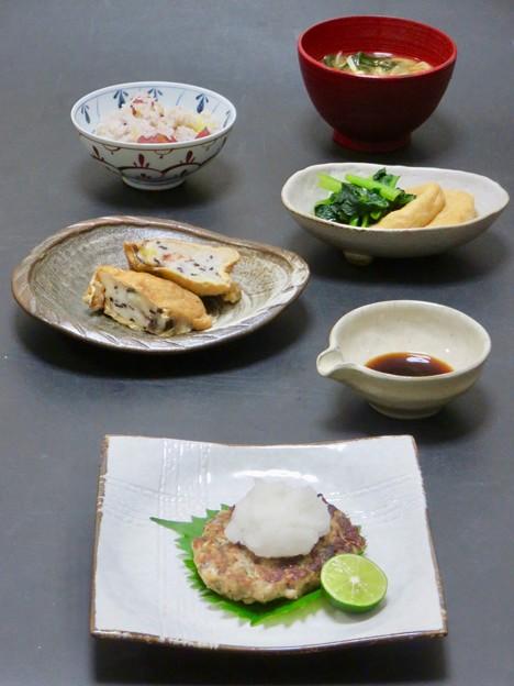 今晩は、秋刀魚の落とし焼き、山芋の袋煮、小松菜とお揚げの炊いたん、玉ねぎ茸わかめの味噌汁、さつまいも雑穀ご飯
