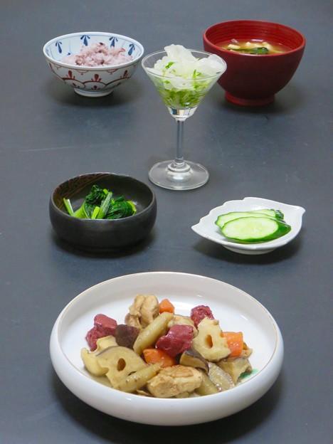 今晩は、筑前煮、小松菜の煮浸し、胡瓜のぬか漬け、銀耳とめかぶの酢の物、茸の味噌汁、黒米ご飯