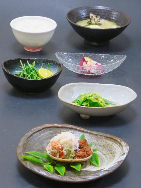 今晩は、セコガニ、紅花リーフと菊花のサラダ、水菜のお浸し すだち、柚子大根、牡蠣と鱈の鍋仕立て味噌汁、ご飯