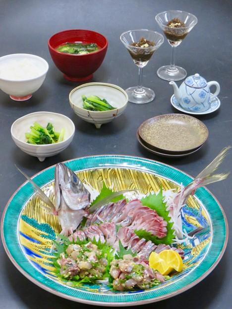 12月17日 今晩は、鯵の造り 酢洗い たたきの姿盛り、小松菜のお浸し、もずく土佐酢和え 生姜、豆腐とワカメの味噌汁、ご飯