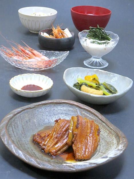今晩は、煮穴子、南瓜と小松菜の炊いたん、甘海老刺身、甘海老唐揚げ、とろろ芋梅肉和え、そば米汁、雑穀ご飯