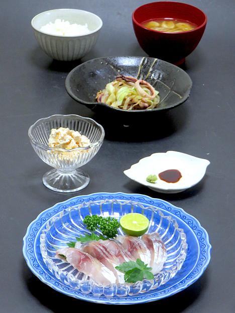 今晩は、平鯵酢洗い、柿白和え、イカの炒め物、茸とお揚げの味噌汁、ご飯