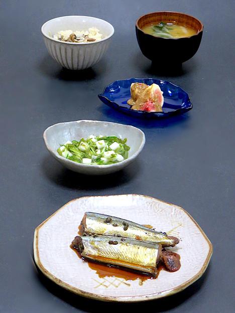 今晩は、秋刀魚の有馬煮、山の芋と胡瓜とめかぶの和え物、無花果胡麻だれ、南瓜と玉ねぎとワカメのミネラル味噌汁、秋刀魚ご飯