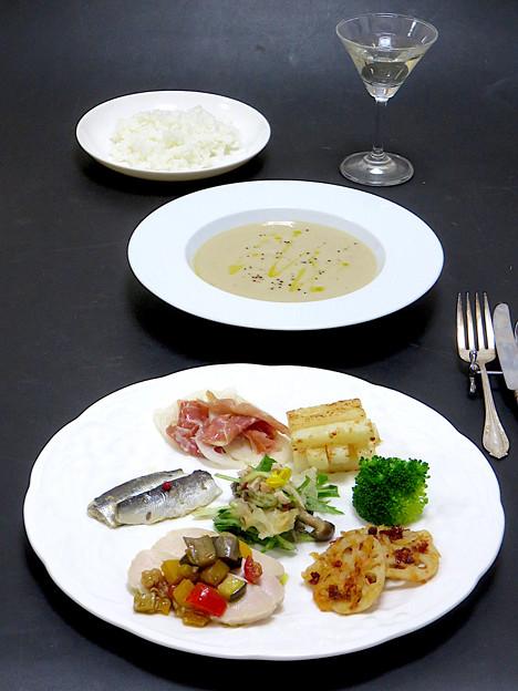 今晩は、薬膳イタリアン 蓮根と生ハムのカルパッチョ、山芋ステーキ、イワシのオイルサーディン、蓮根とドライトマトのきんぴら、蒸し鶏旬菜マリネ、白木耳(銀耳)ときのこ