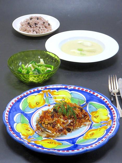 今晩は、イワシのシチリア風重ね焼き、蕪のスープ、カリフラワーとブロッコリーとアスパラガスのサラダ 梨ドレッシング、黒千石豆ご飯