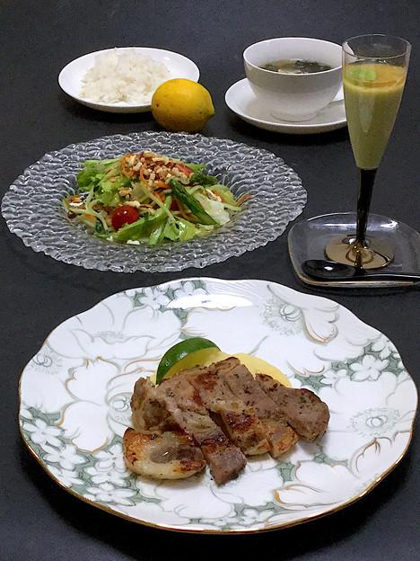 今晩は、豚肩ロースハーブソテー、マッシュポテト、ライム、空豆のムース 旨だしジュレ、ナッツサラダ レモンドレッシング、茸とわかめの玉子スープ、玄米ご飯