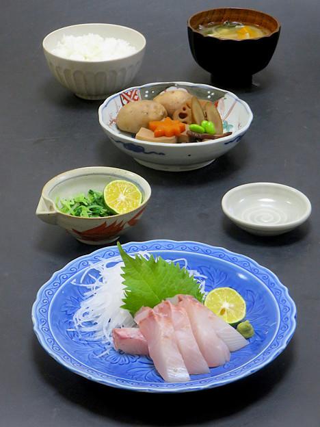 今晩は、オキアジ造り、煮しめ(里芋、人参、牛蒡、蓮根、高野豆腐、枝豆)、間引き菜お浸し、南瓜と玉ねぎとわかめの味噌汁、ご飯