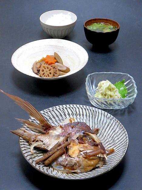 今晩は、鯛のカブト煮、酢キャベツ、煮しめ、わかめの味噌汁、ご飯