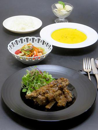 今晩は、スペアリブと牛蒡のポルチーニ煮、シーフードマリネサラダ、南瓜のポタージュ、ライス、梨