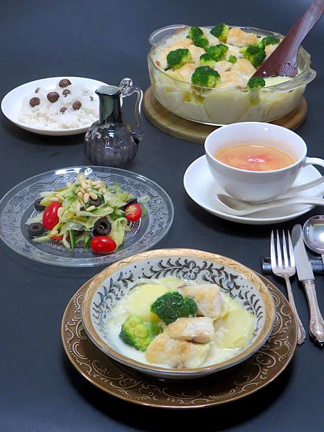 今晩は、鱈とポテトの豆乳グラタン、アンチョビ風味薬膳サラダ(レタス、アスパラガス、胡瓜、トマト、パプリカ、ブロッコリー、オリーブ、松の実、梨)、トマトスー