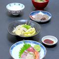 今晩は、お造り盛合わせ、白菜と竹の子の信田煮、手作りこんにゃく、南瓜の味噌汁、ご飯