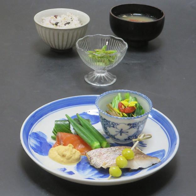 Photos: 今晩は、昆布締めサーモン黄身酢かけ、オクラ、蛇腹胡瓜、鯛の塩焼き、銀杏、大和まなのと金針菜のお浸し 菊花 クコ 、三度豆の胡麻和え、蓮根と松の実の