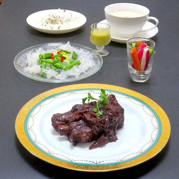 今晩は、豚スペアリブの赤ワイン煮、白きくらげのサラダ 梨ドレッシング、旬菜ピクルス(飛鳥あかね、胡瓜、人参)、里芋のポタージュ、ミックスキヌアライス