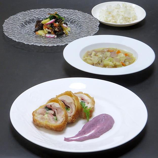 今晩は、鶏もも肉のインパナータ 紫いもと紫玉ねぎのピュレ添え(チーズ、ベーコン、春菊)、角切り野菜のスープ(人参、紫玉ねぎ、キャベツ、蕪、茸)、冬支度のサ