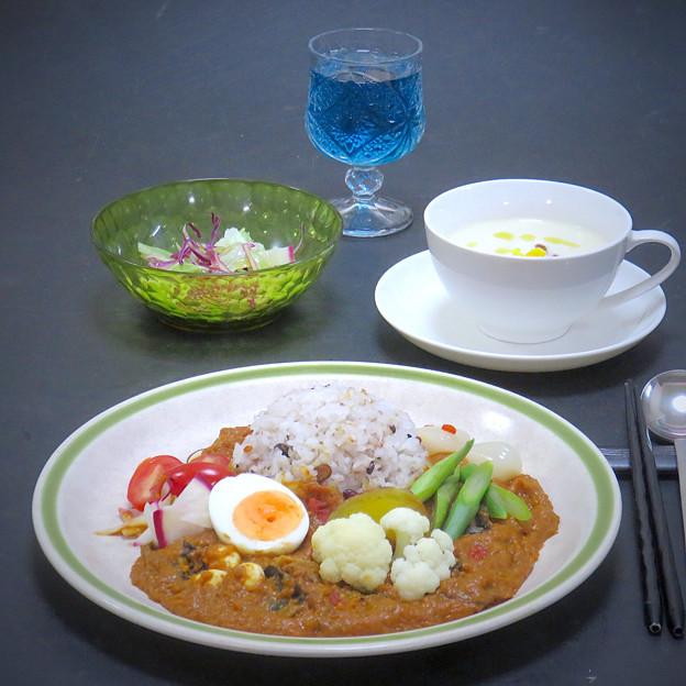 今晩は、薬膳ビーフカレー(蓮の実、アマランサス、クコ、松の実、木耳)、カリフラワーのポタージュ、旬菜サラダ、バタフライピー茶