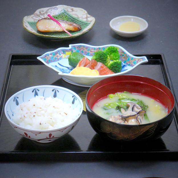 今晩は、牡蠣の白味噌汁、昆布締めサーモンの黄身酢かけ 昆布締め蛇腹胡瓜 ブロッコリー、鰆の西京焼き、はと麦ご飯