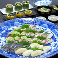 今晩は、徳島の郷土料理 小鯵握り寿司、タイラギ貝の握り寿司、お造り、ほうれん草とちりめんじゃこの二倍酢和え、大和まなの信田煮、そば米汁