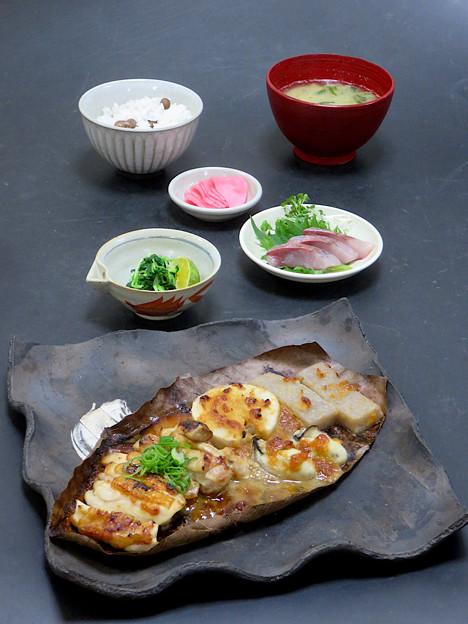 今晩は、朴葉みそ焼き(鶏肉、里芋、牡蠣、手作りこんにゃく)、つまみ菜、つばす造り、赤かぶ漬け、牡蠣と菊菜の味噌汁、むかごご飯