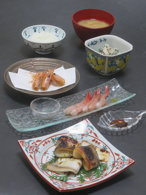 今晩は、まながつおの西京焼き、子持ち甘海老造り、唐揚げ、ほうれん草の白和え(人参、椎茸、蒟蒻)、根菜と茸の味噌汁、ご飯