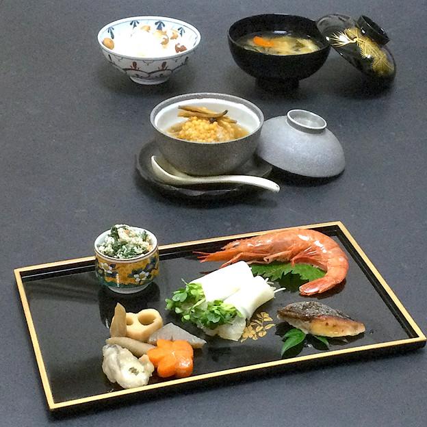 今晩は、鯛の昆布締め蕪巻き、里芋饅頭 金針菜添え、鰆の西京焼き、牡蠣の筑前煮、赤海老造り、根菜味噌汁、アピオスご飯