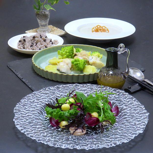 今晩は、鱈の豆乳グラタン(じゃがいも、玉ねぎ、ロマネスコ)、蓮の実と紅くるりのサラダ 鳥ハム添え、蓮根のスープ(茸、玉ねぎ)、黒千石ご飯