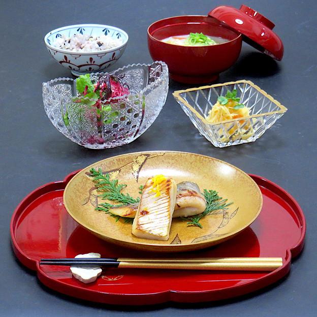 今晩は、まながつお西京焼き、わさび菜と紅くるりのサラダ鳥ハム和え、柿なます、豆乳汁、雑穀ご飯