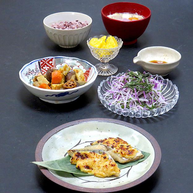 今晩は、鰆の柚子風味吟醸焼き、揚げ根菜と椎茸の味噌和え、紅しぐれ大根と大葉 加減酢、豆乳豚汁、タイ黒米ご飯