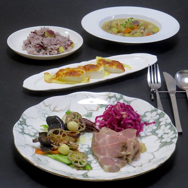 今晩は、手作り豚肩ロースハム 吟醸ソース、グリル野菜(塩キャベツ、人参、紫玉ねぎ、玉ねぎ、蓮根、平茸、蓮の実)、紫キャベツとカシューナッツののりんご酢マリネ